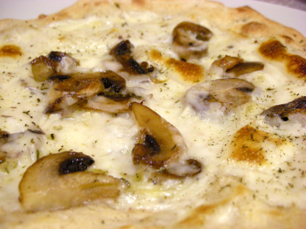 MushroomBechemelPizza2_web